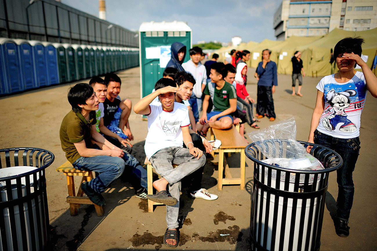Migrantes de Vietnam en un mercado de Moscú.
