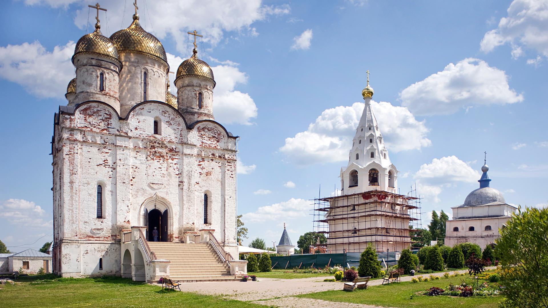 Mozhajsk. Monastero Luzhetskij della Natività della Vergine di San Teraponte, vista nord-ovest. Da sinistra: Cattedrale della Natività, campanile, Chiesa della Trasfigurazione sulle Porte Sacre. Fotografia: 5 luglio 2015