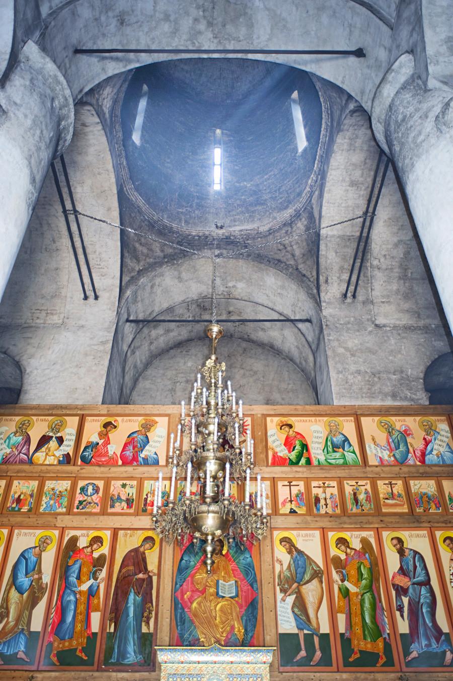 Monastero Luzhetskij. Cattedrale della Natività della Vergine. Interno, vista est verso l'iconostasi e la cupola principale. 5 luglio 2015