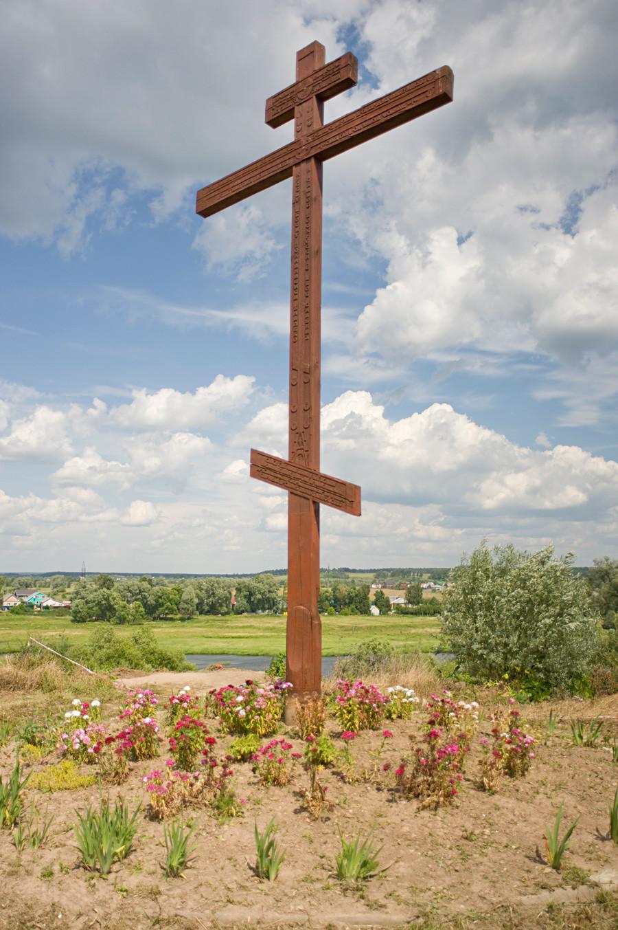 Mostra a nordest dal monastero Luzhetskij verso Ilinskaja Slobodà, sul fiume Moscova. Croce votiva. 5 luglio 2015