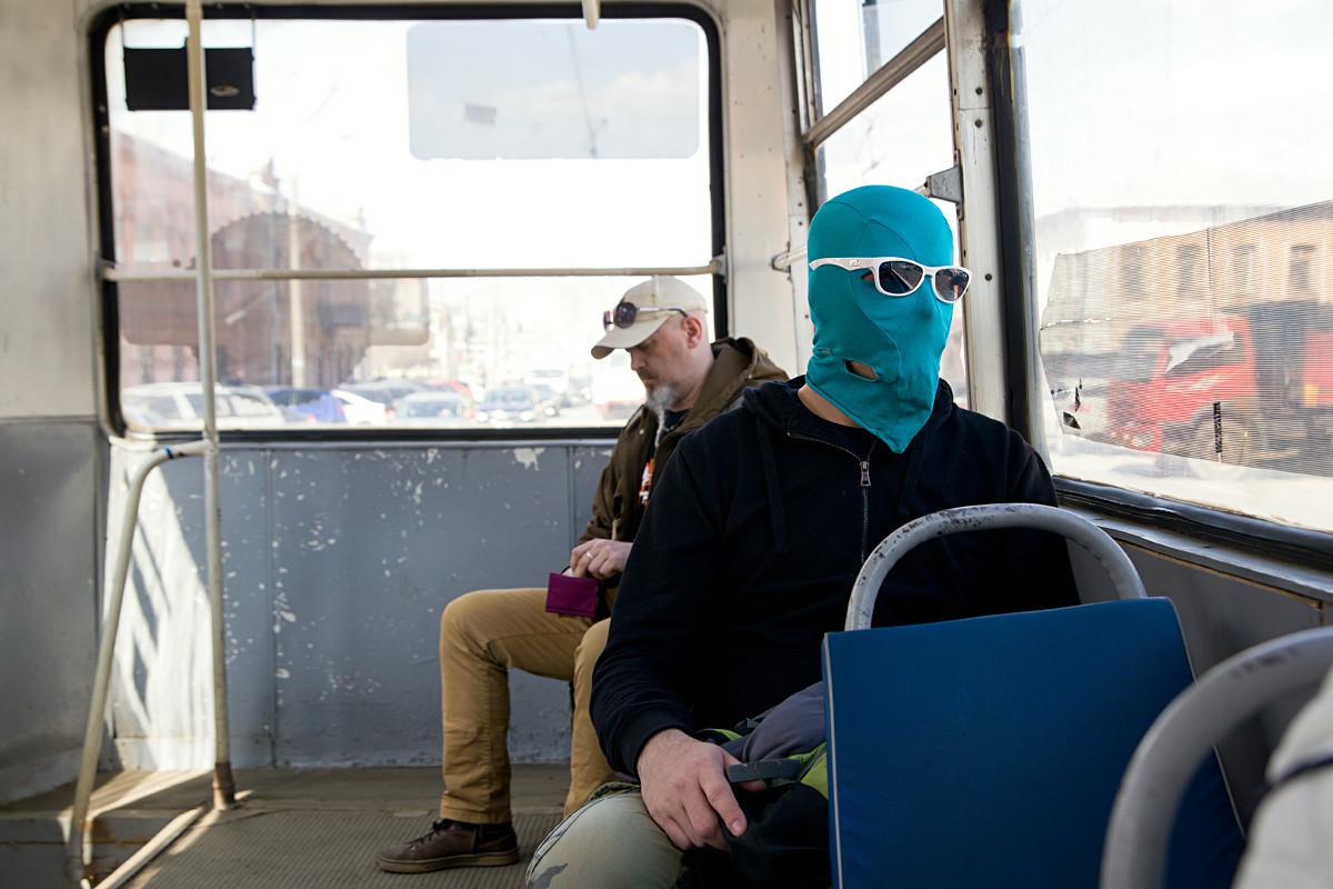 Artur biasanya menggunakan transportasi umum.