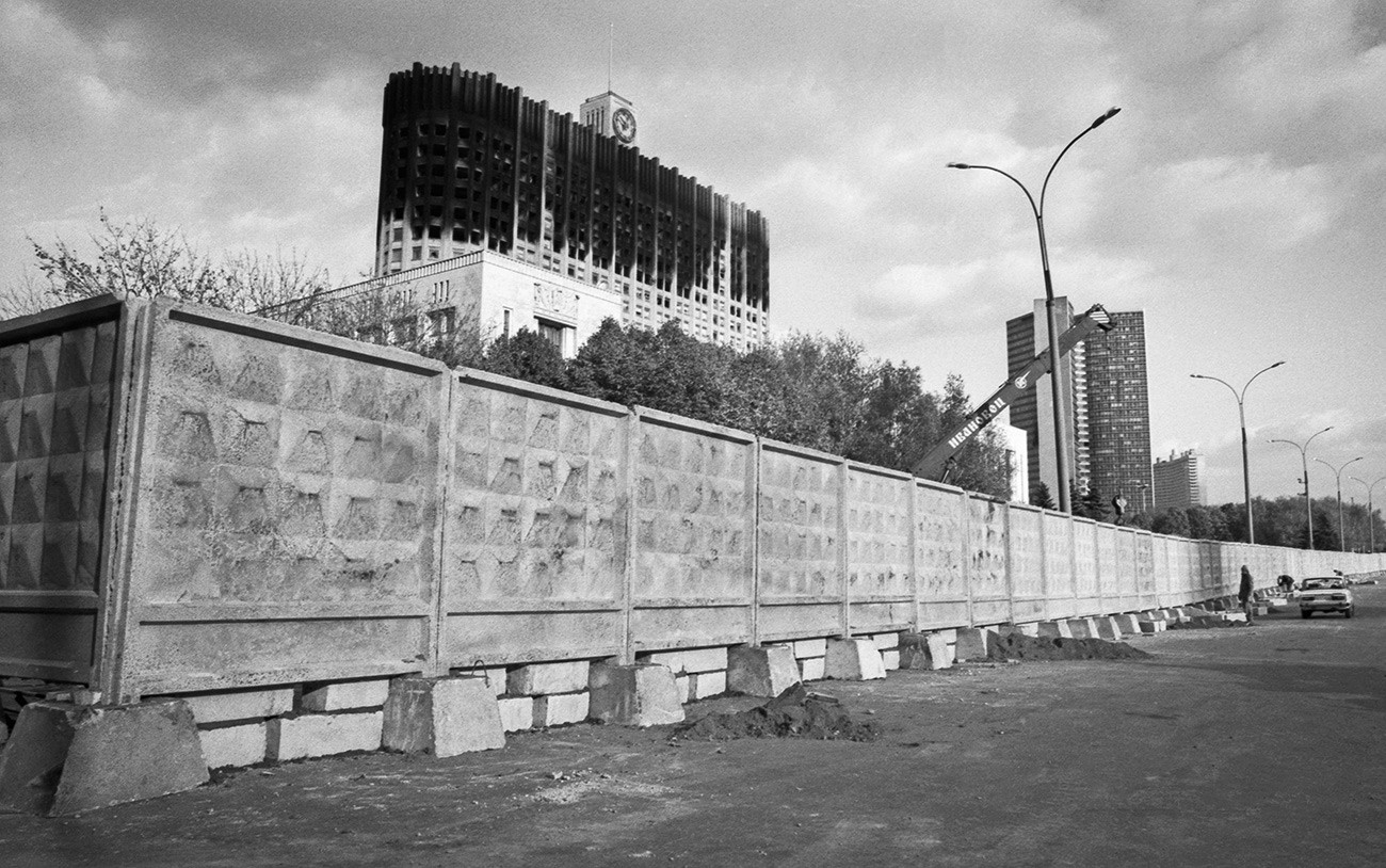 Ein typischer PO-2-Zaun, der das beschossene Weiße Haus in Moskau umschließt.