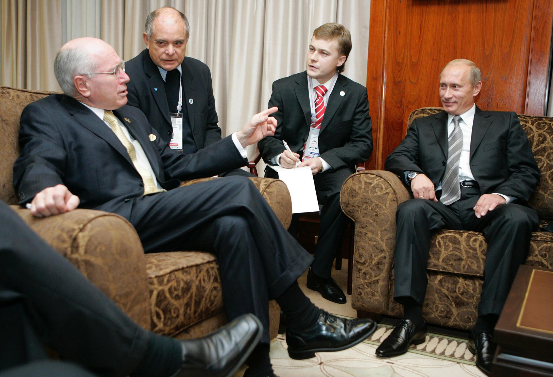 7 септември 2007 година. Премиерот на Австралија Џон Винстон Хауард (лево) и претседателот на Русија Владимир Путин (десно) разговараат во канцеларијата на Националниот федерален парламент во Сиднеј.