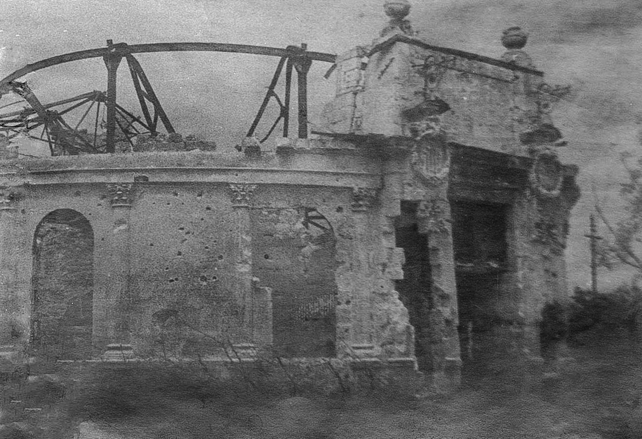 Teatro Lunacharski, volado y quemado hasta los cimientos.