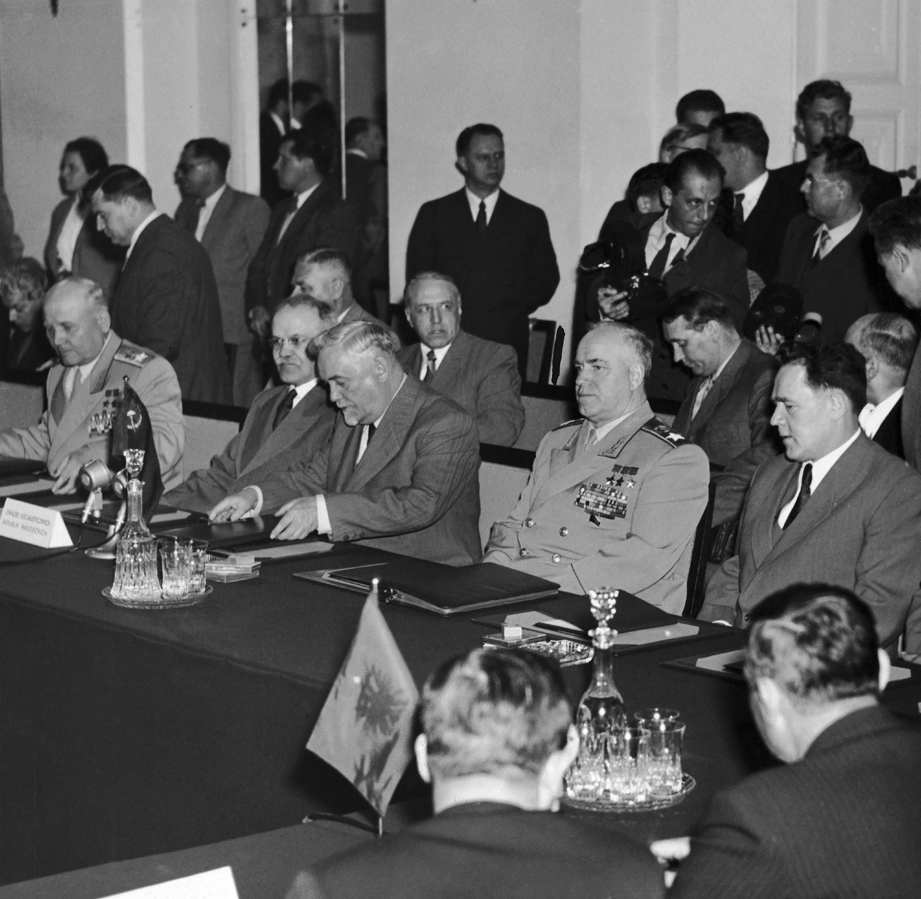 Pologne, le 14 mai 1955. La délégation soviétique assiste à la signature du Pacte de Varsovie.