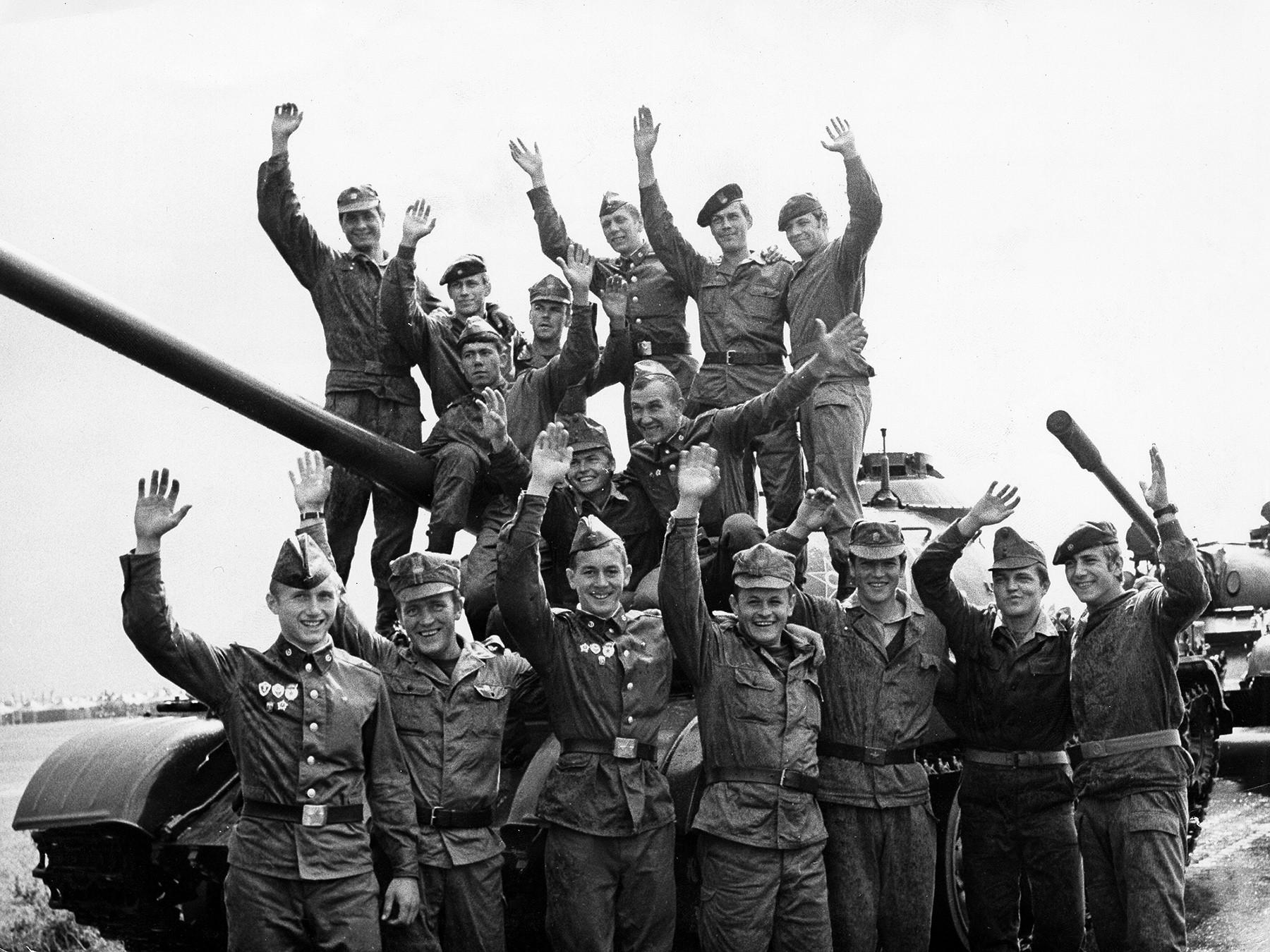 Des soldats participant aux exercices militaires sur le territoire de la RDA. 1980