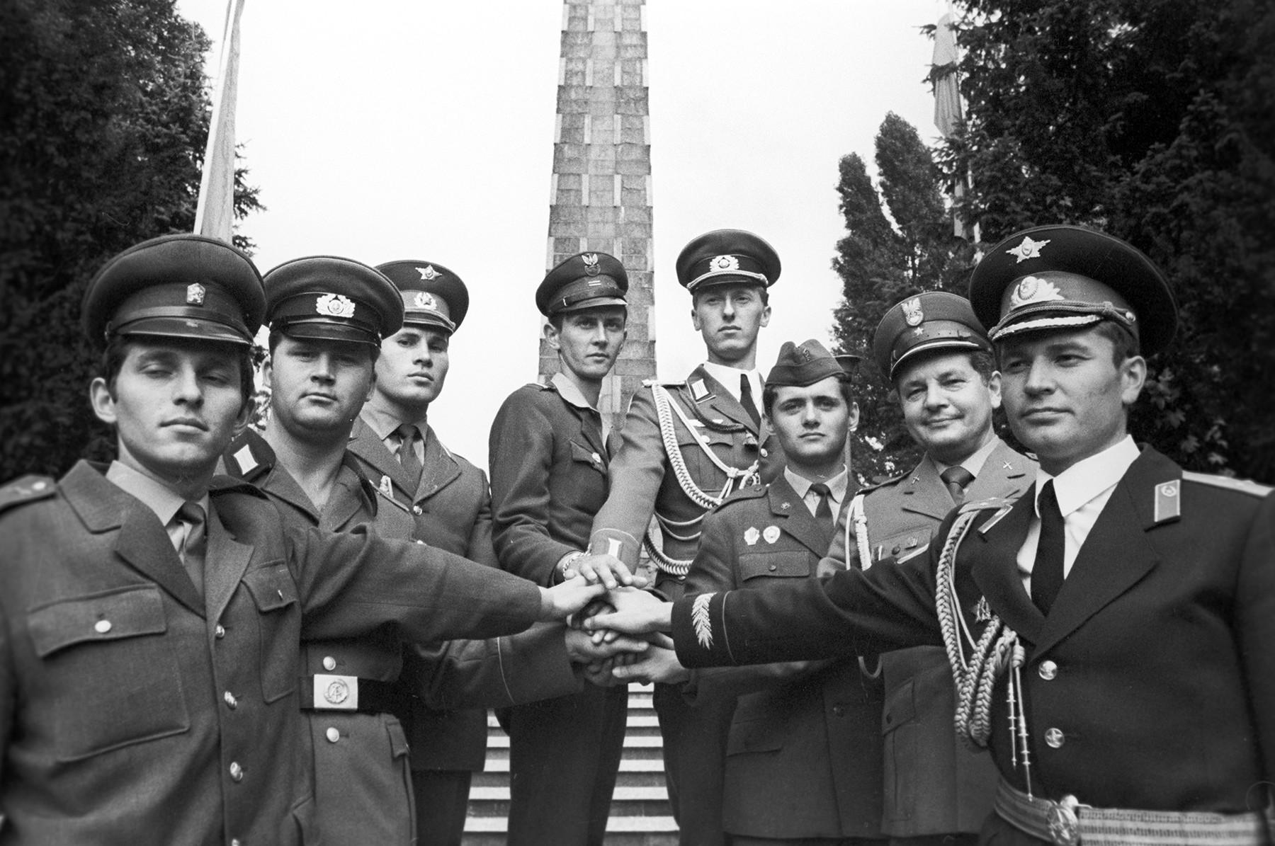 Des militaires des pays socialistes participant aux exercices opérationnels et tactiques Bouclier-79. Mai 1979.