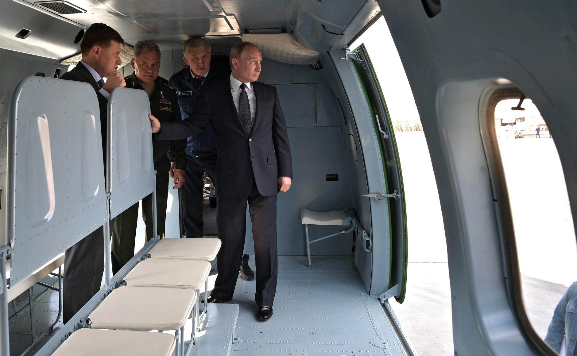 Председник РФ Владимир Путин у најновијем хеликоптеру Ми-38Т.