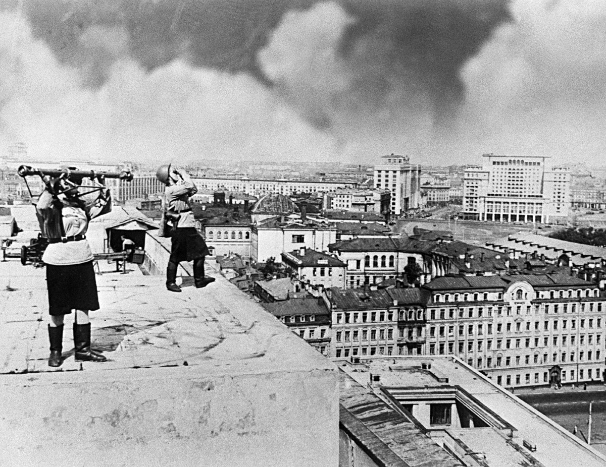 Wachposten auf dem Dach des Bolschoi-Theaters