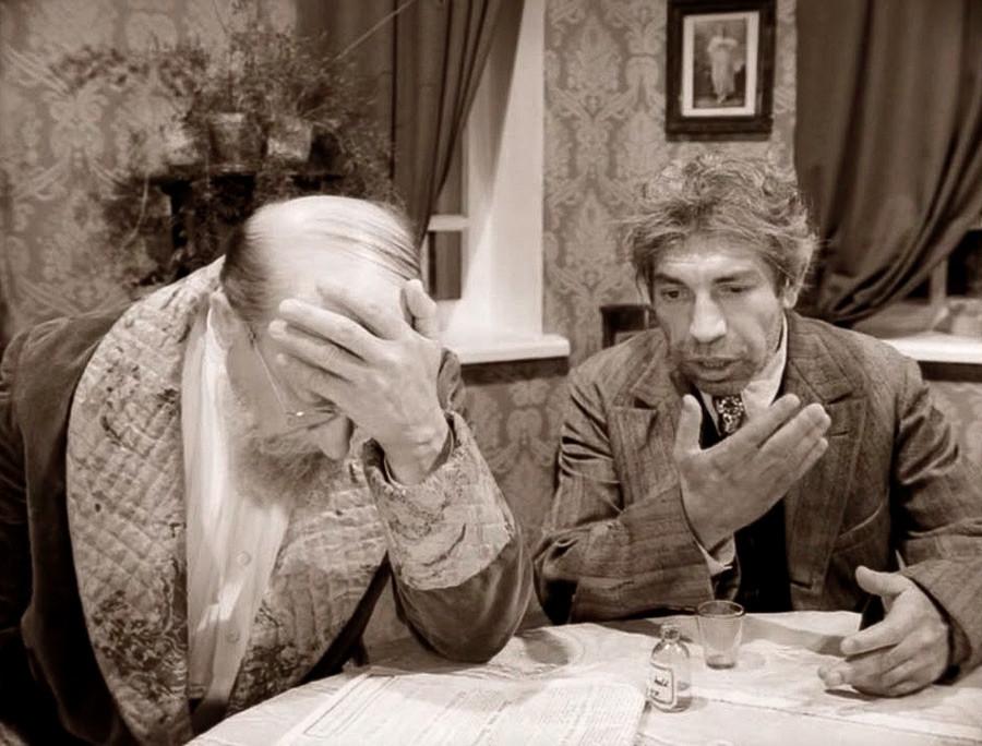 Beginilah cara anggota intelektual Rusia bereaksi terhadap orang-orang bodoh di sekitar mereka (adegan dari film Heart of a Dog, 1988).