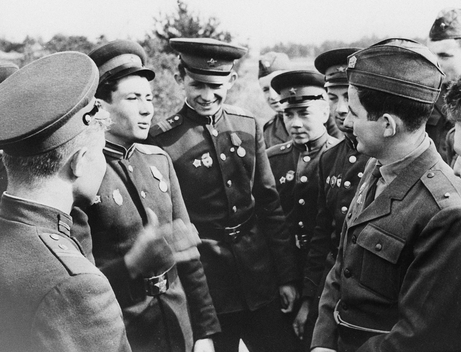 Militares soviéticos y checoslovacos durante los ejercicios militares Vltava-66 de las fuerzas armadas unificadas de los países del Pacto de Varsovia, septiembre de 1966.