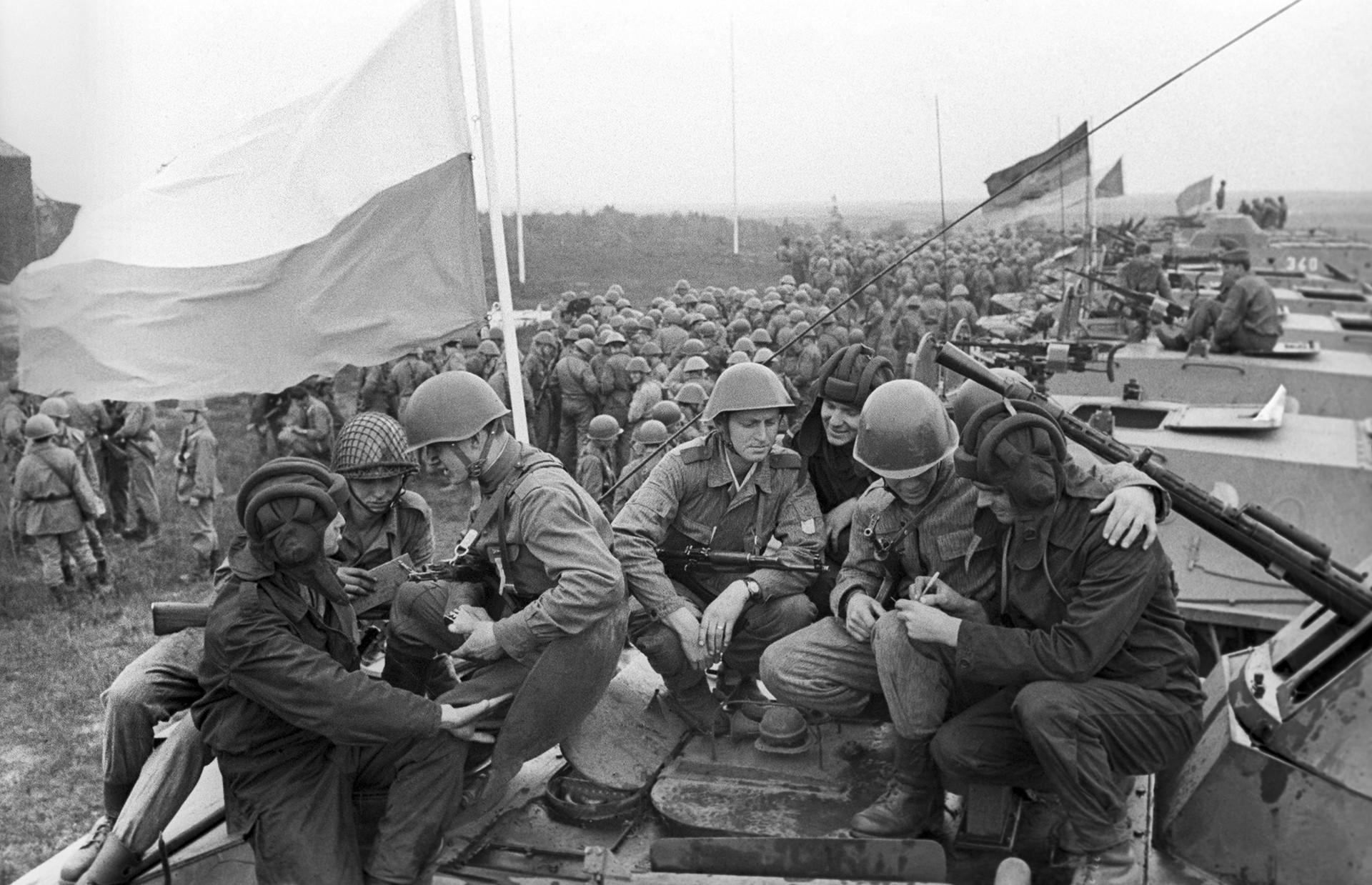 Soldados de los países del Pacto de Varsovia durante las maniobras militares conjuntas, 1969.