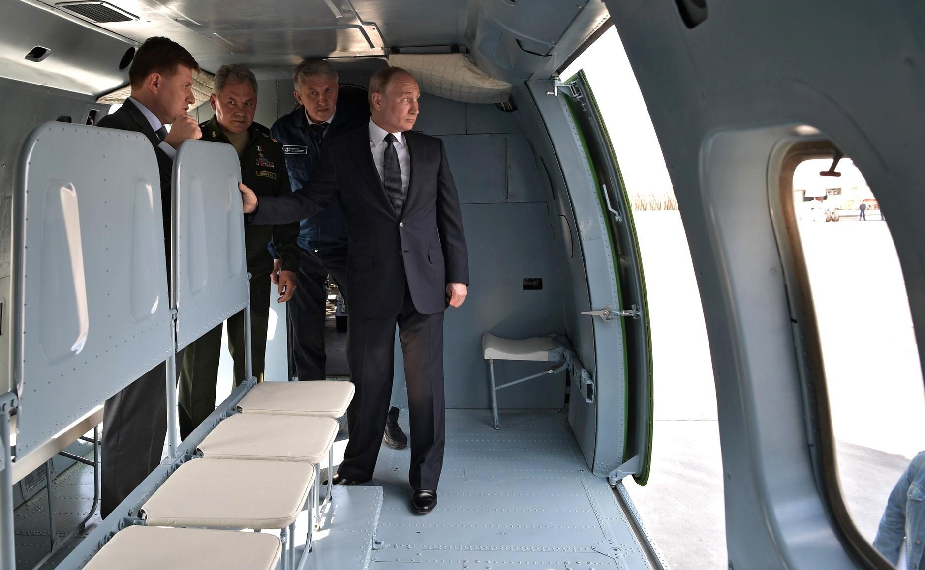 Претседателот на РФ Владимир Путин во најновиот хеликоптер Ми-38Т.