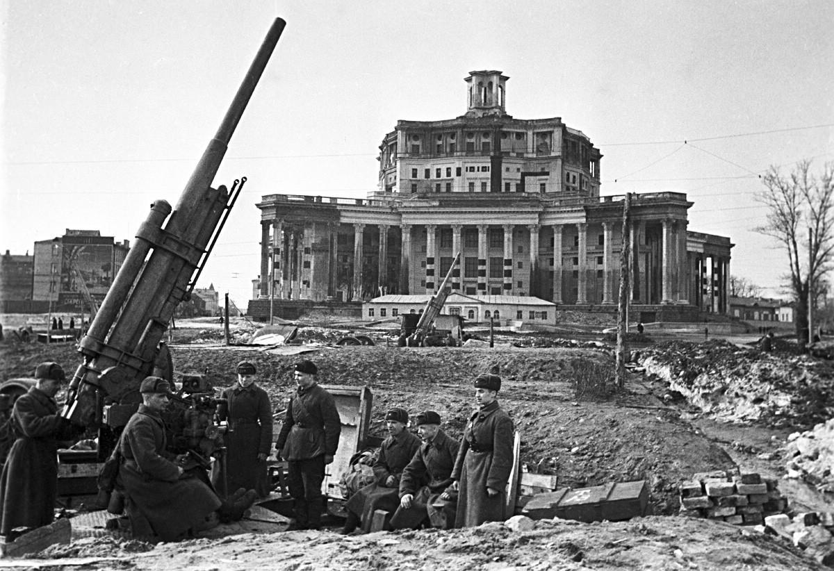 Novembro de 1941. Defesa aérea em frente ao Teatro do Exército Soviético, em Moscou.