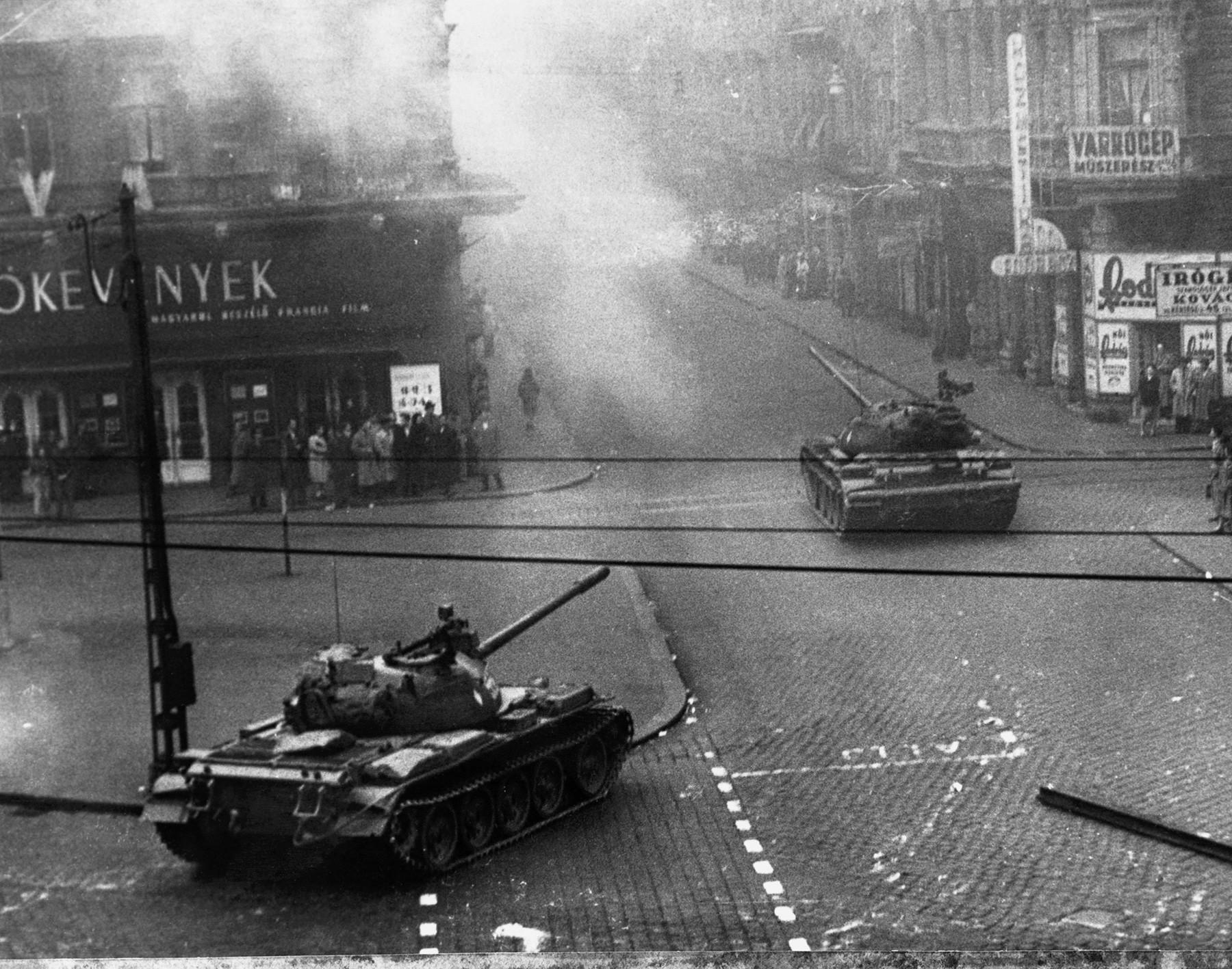 ソ連の戦車がブダペストの道を走っている。