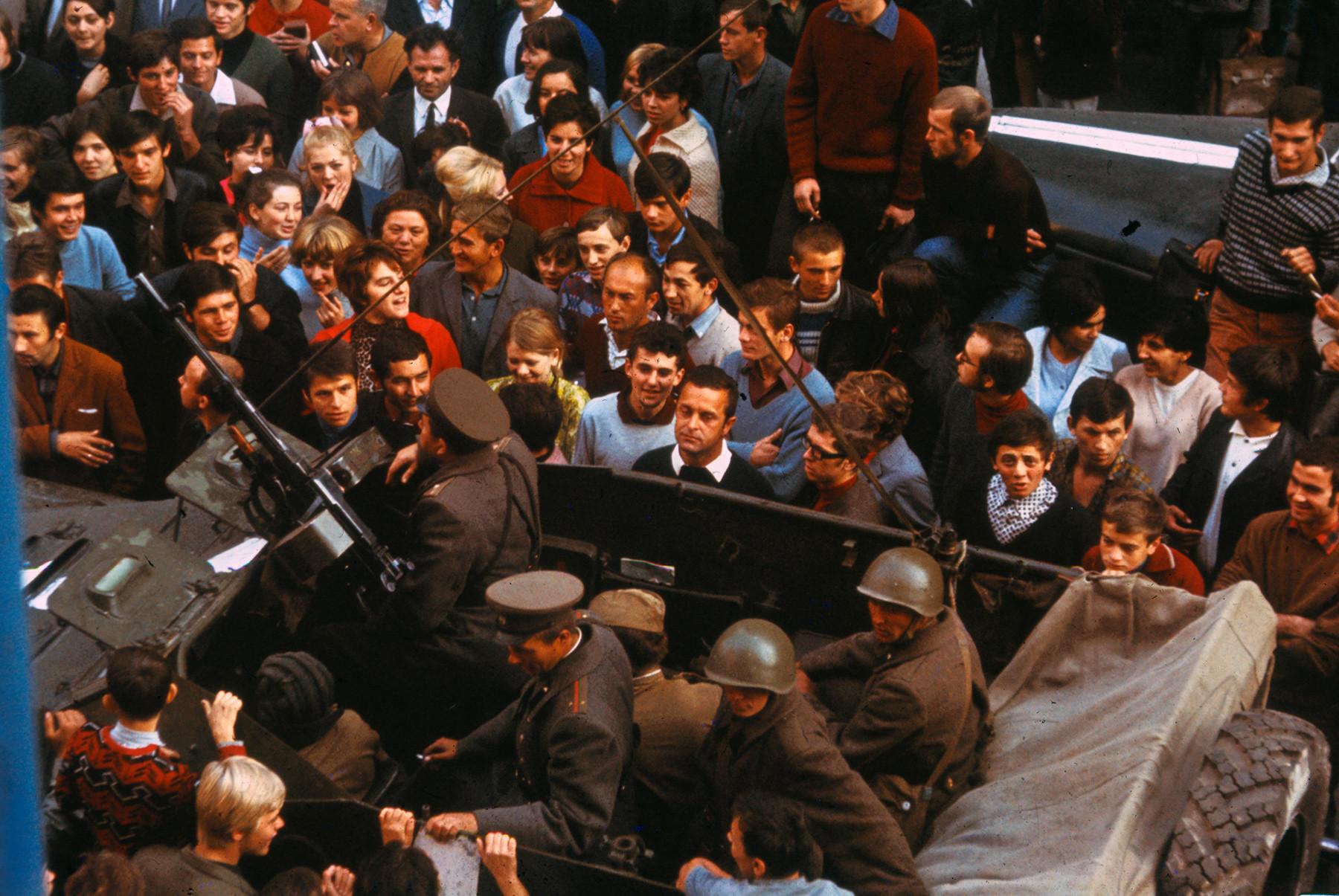 機関銃を持っているソ連の軍人たちに怒鳴っているチェコスロバキアの学生たち。