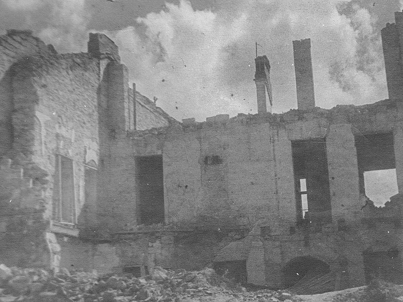 Edifícios residenciais na rua Lênin destruídos pelos ocupantes