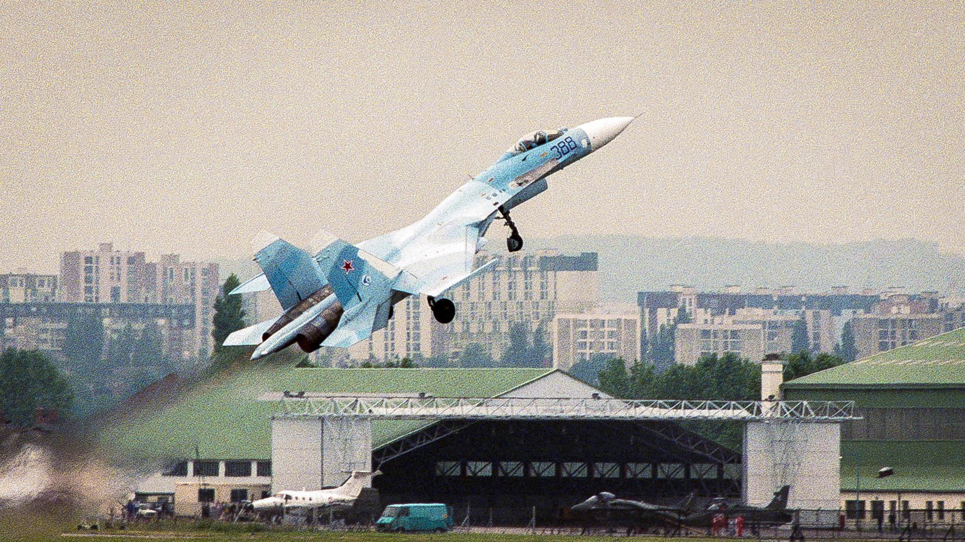 """Pada 1989, Pugachev melakukan manuver """"Kobra"""" di Pameran Udara Le Bourget, Prancis."""
