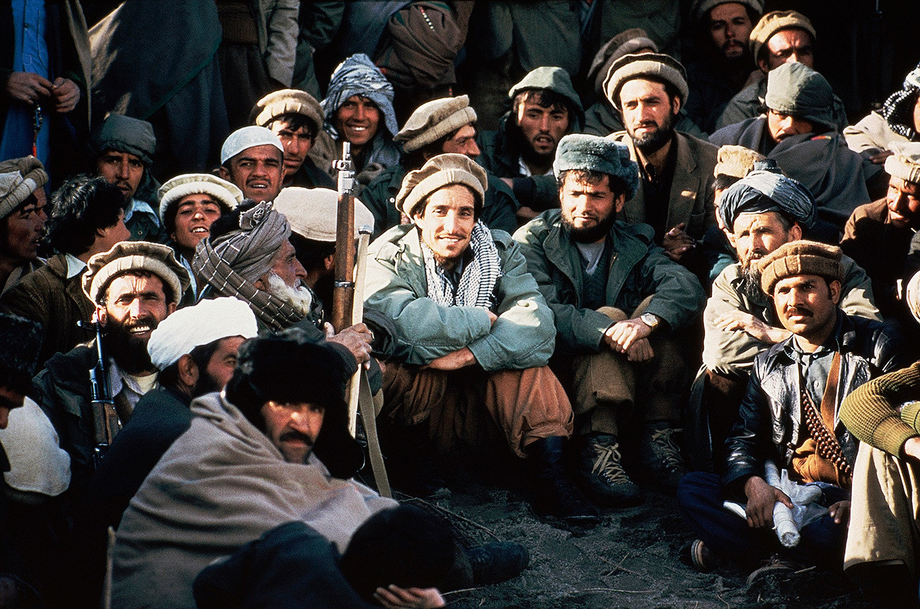 Comandante muyahidín Ahmad Shah Masud (en el centro) y sus guerrilleros, 1984.