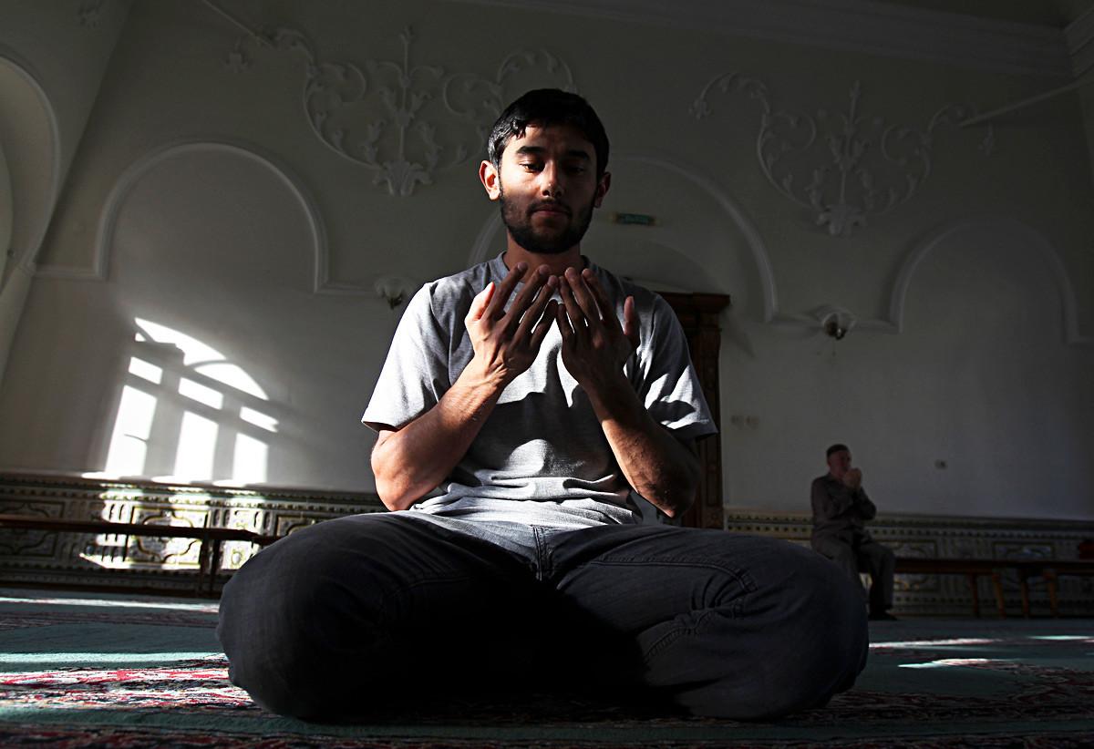 Seorang pria berdoa di dalam Masjid Al-Marjani (juga dikenal sebagai Marjani) di Kazan, Republik Tatarstan, Rusia.