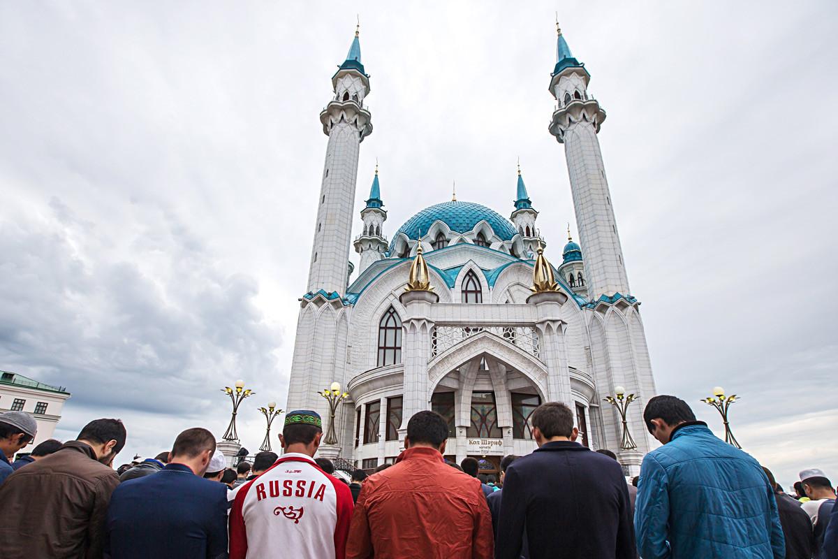 Muçulmanos rezam na mesquita Kul Sharif, dentro do Kremlin (forte) de Kazan na celebração do Eid al-Fitr.