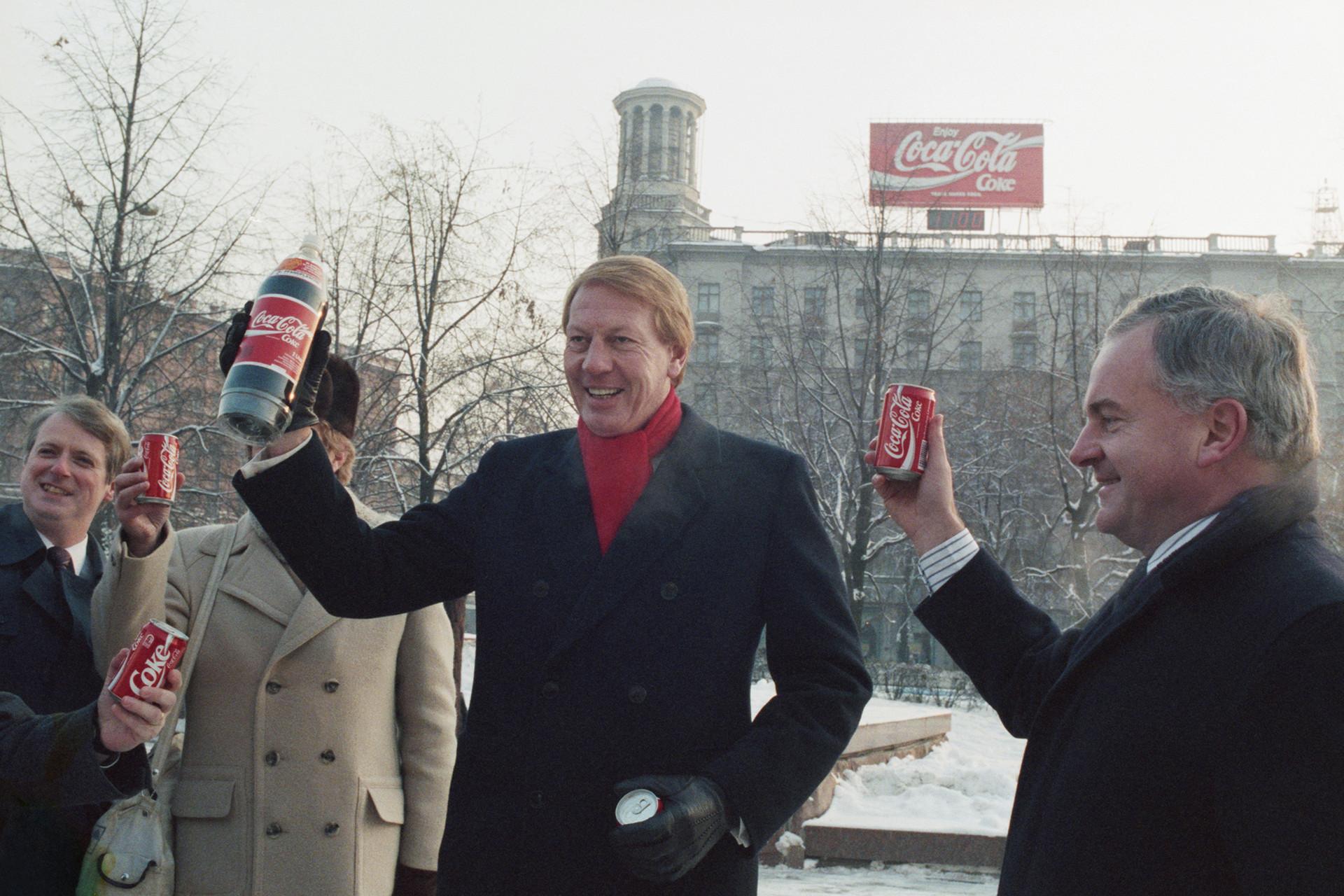 Le vice-président de Coca-cola, Neville Isdell lors d'une présentation du produit de sa compagnie place Pouchkine à Moscou, en URSS, décembre 1989.