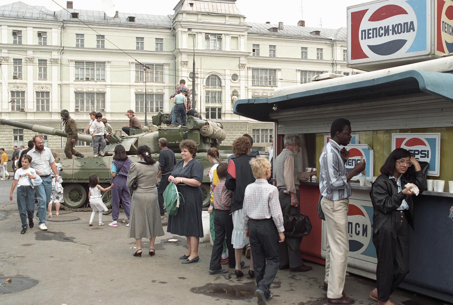 Un char dans les rues de Moscou pendant le putsch d'août 1991.