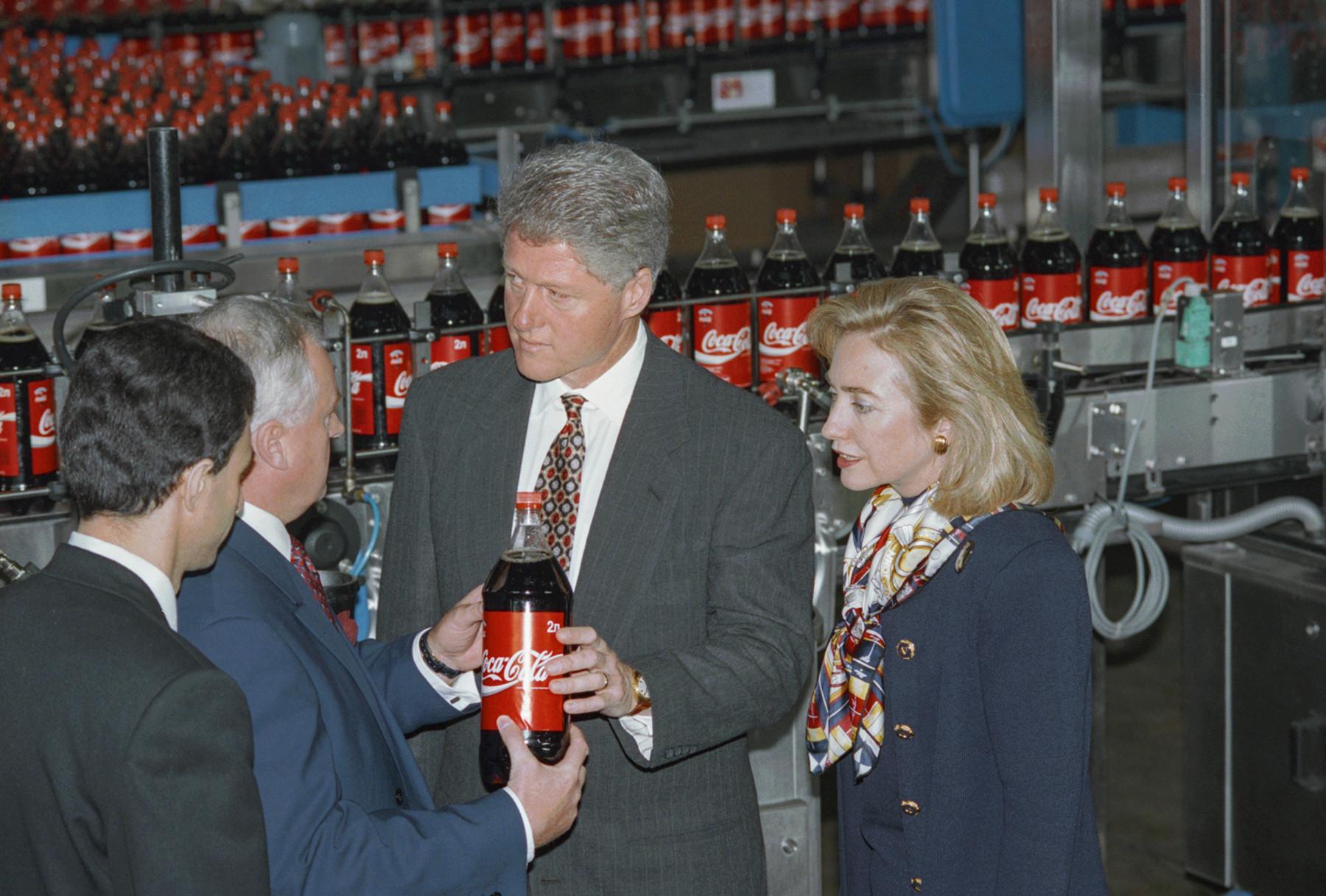 Le président américain Bill Clinton et son épouse, Hillary, visitent l'usine de Coca-Cola à Moscou, mai 1995.