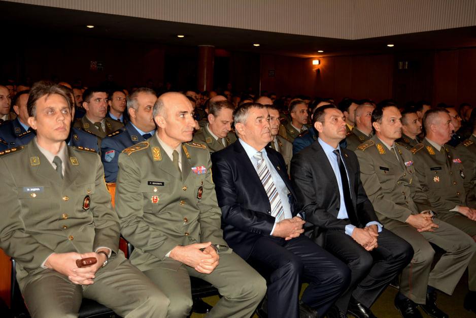 Генерал Делић и министар одбране Александар Вулин са официрма ВС
