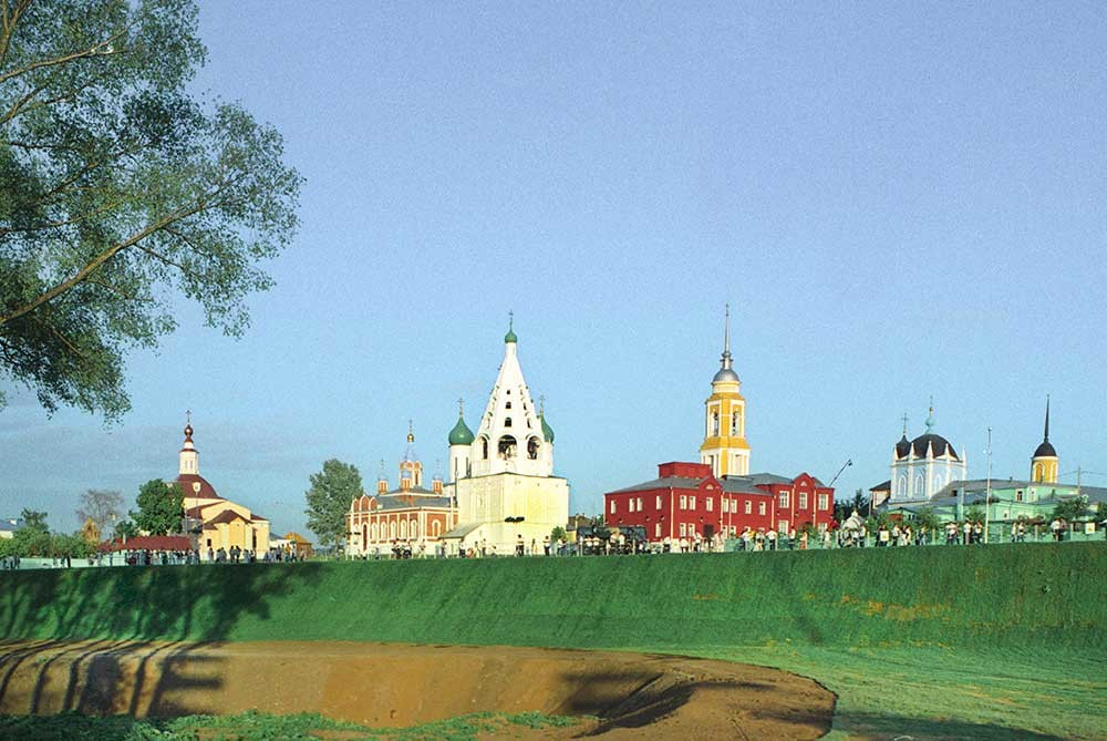 Kolomna panorama, northwest view. From left: Church of Resurrection in the Fortress, Church of Tikhvin Icon of the Virgin, Bell tower & Dormition Cathedral, School No. 3, bell tower of New Golutvin Trinity Convent, Church of Intercession at New Golutvin Convent. May 24, 2007.