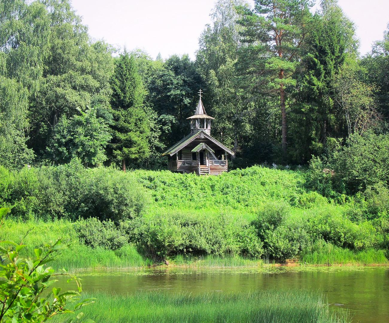 Tichwin-Kapelle aus dem 17. Jahrhundert im Dorf Bolschoje Pechowo (am Fluss Msta), Region Nowgorod