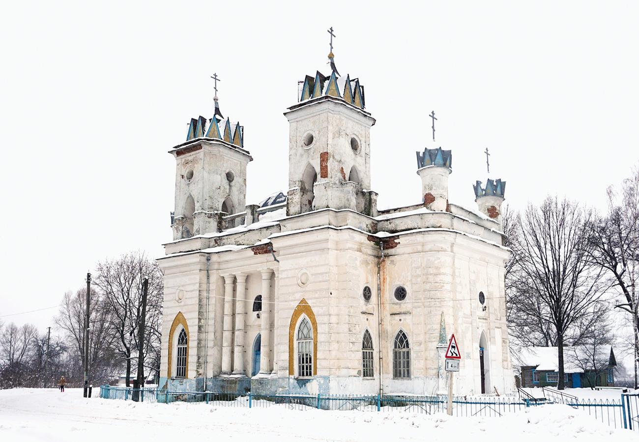 Verklärungskirche im Pseudogotik-Stil aus dem Jahr 1780 im Dorf Welikaja Topal, Region Brjansk