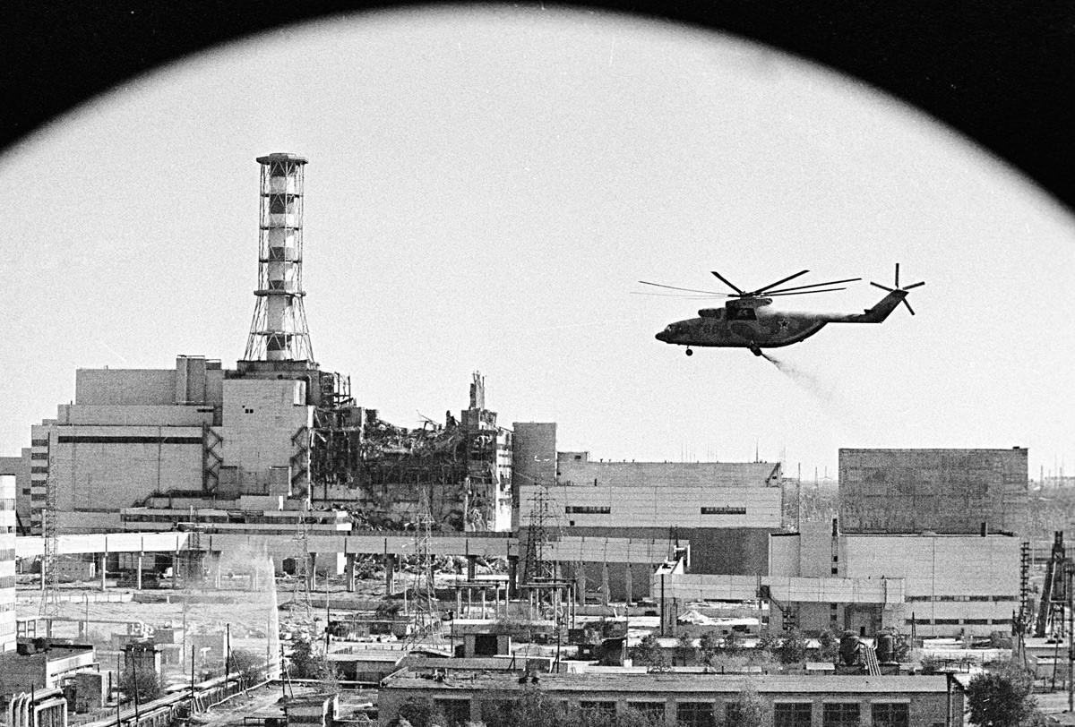 Dekontaminasi bangunan pembangkit listrik tenaga nuklir Chernobyl.