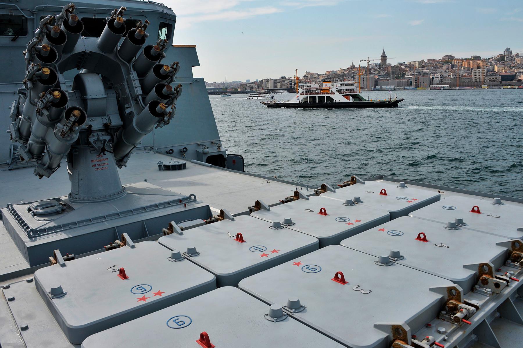 イスタンブールで行われた国際軍事産業展覧会 IDEF-2019で紹介された巡航ミサイル「カリブル」のロケットランチャーと対潜迫撃砲RBU-6000 スメルチ-2。1136型警備艦「アドミラル・エッセン」に掲載されている。