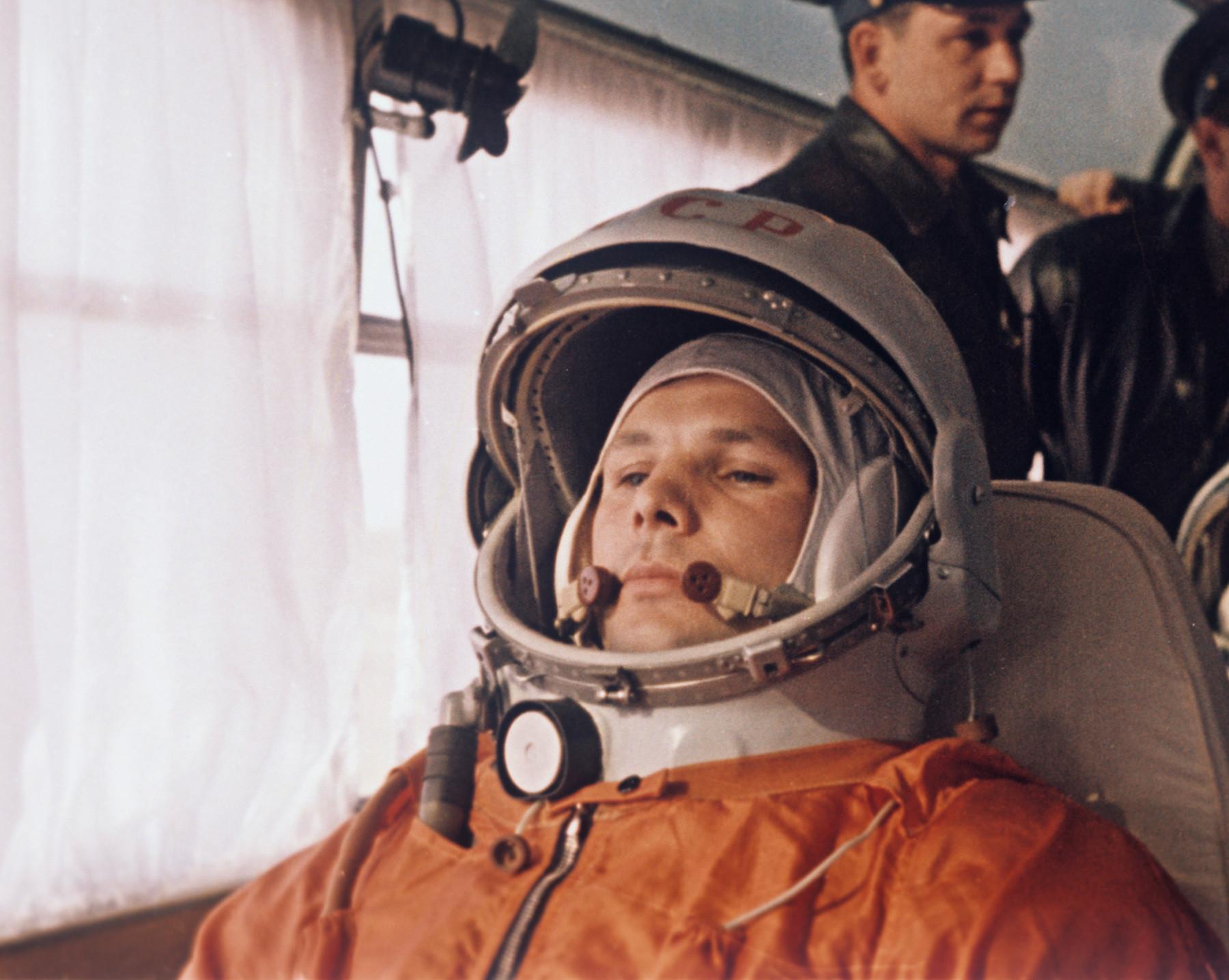 Юрий Гагарин с микрофоном от «Октавы»