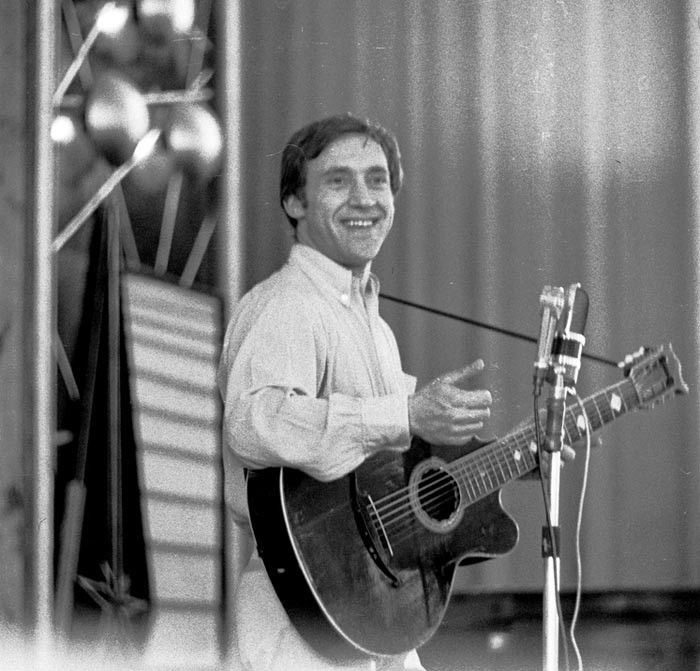 Vladimir Vysotsky performs with Oktava mike