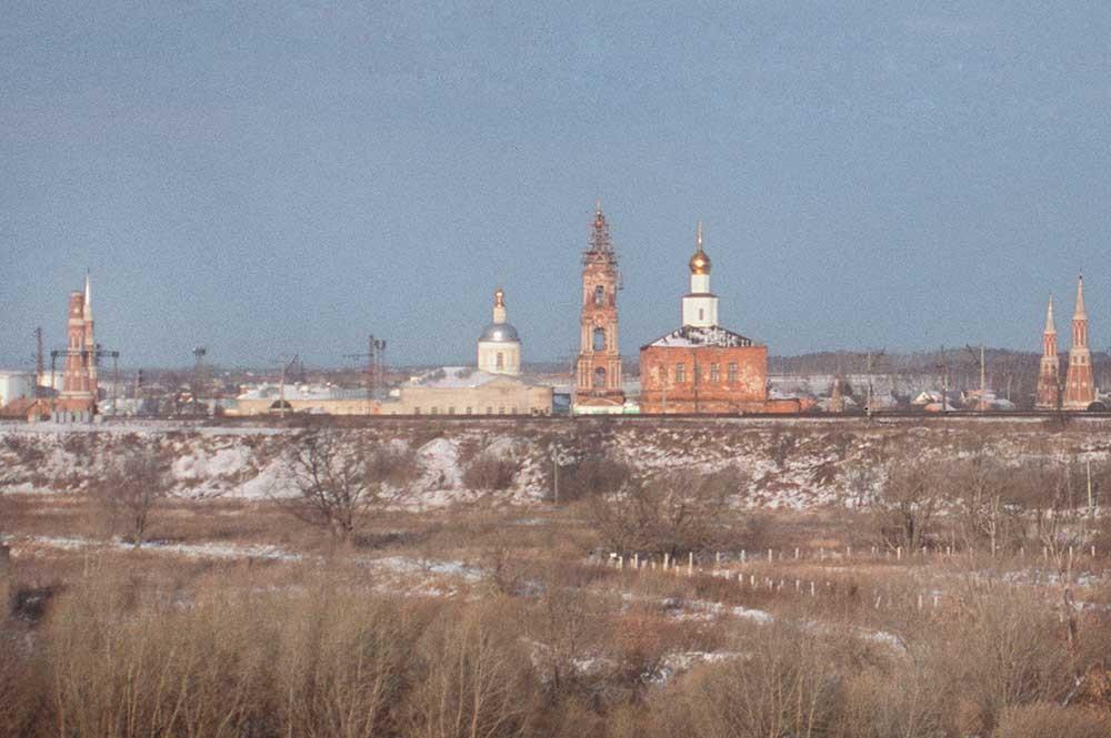 Monastero Staro-Golutvin. Vista sud. Da sinistra: torri angolari ad ovest, chiesa di San Sergio, campanile, cattedrale dell'Epifania, torre angolare est. In primo piano: terrapieno della ferrovia. 26 dicembre 2003