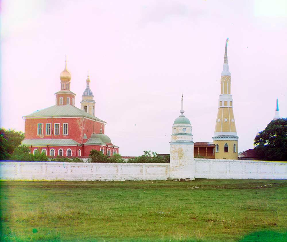 Monastero Staro-Golutvin. Vista sud-est. Da sinistra: Cattedrale dell'Epifania, campanile, parete sud e torre angolare sud-est, torre angolare nord-est. Estate 1912