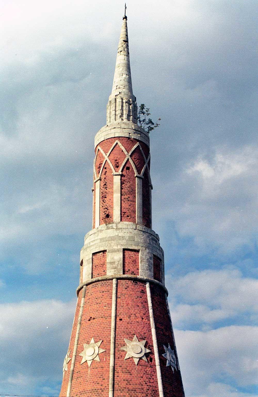 Monastero Staro-Golutvin. Torre nord-est, piani superiori e guglia di roccia calcarea. 21 luglio 2006