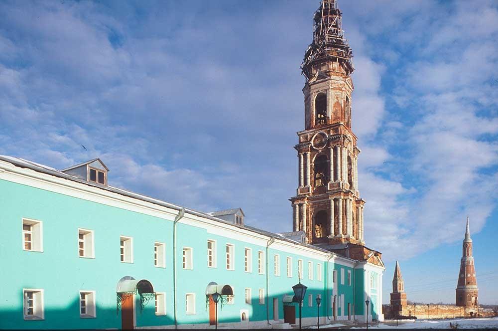 Monastero Staro-Golutvin, vista nord-est. Da sinistra: chiostri, campanile, torre angolare nord-ovest. 26 dicembre 2003