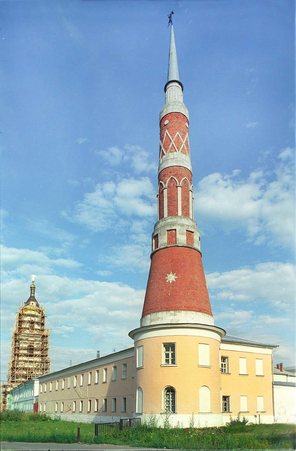 Monastero Staro-Golutvin, vista nord-ovest. Da sinistra: parete nord e campanile, torre angolare nord-ovest. 21 luglio 2006