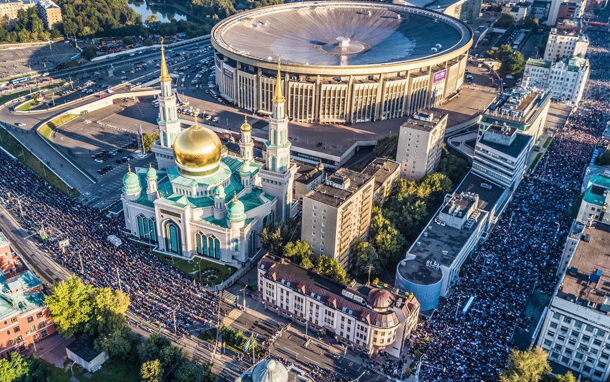 Од птичја перспектива. Муслимани на молитва на улиците околу московската Соборна џамија за време на празникот Курбан Бајрам.