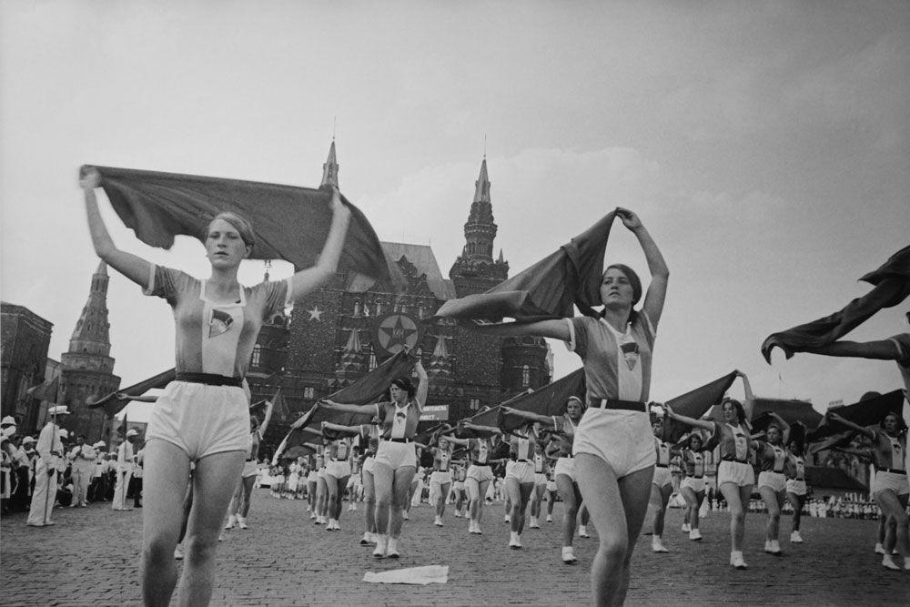 Jeunes filles aux foulards. Parade sportive sur la place Rouge, 1935
