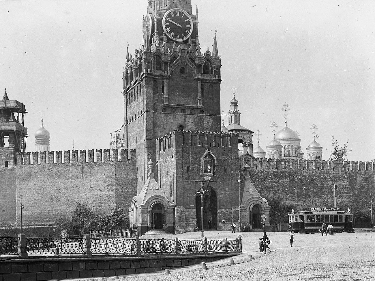 Straßenbahn auf dem Roten Platz