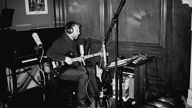 Thom Yorke gravando seu álbum 'OK Computer'.