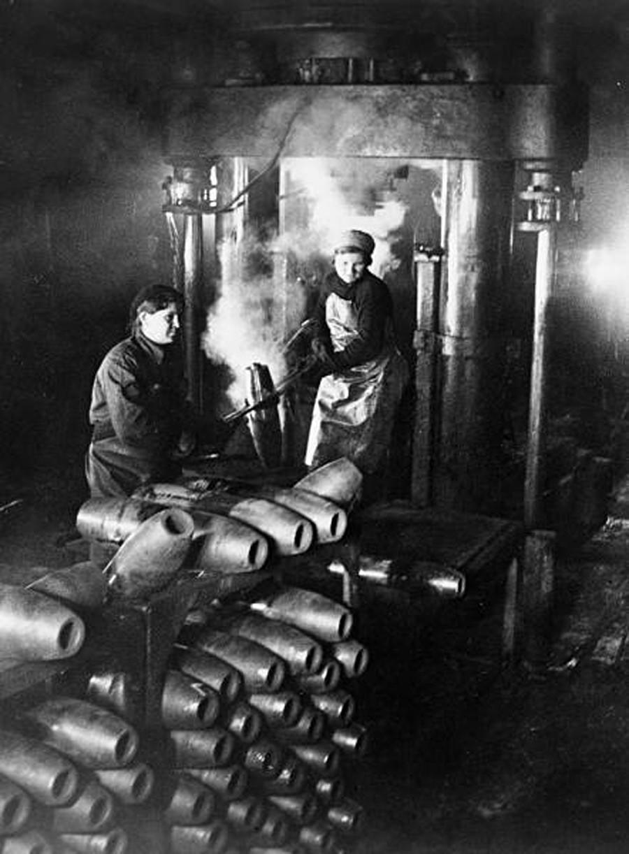 Жени в цех на завод правят снаряди, 1942