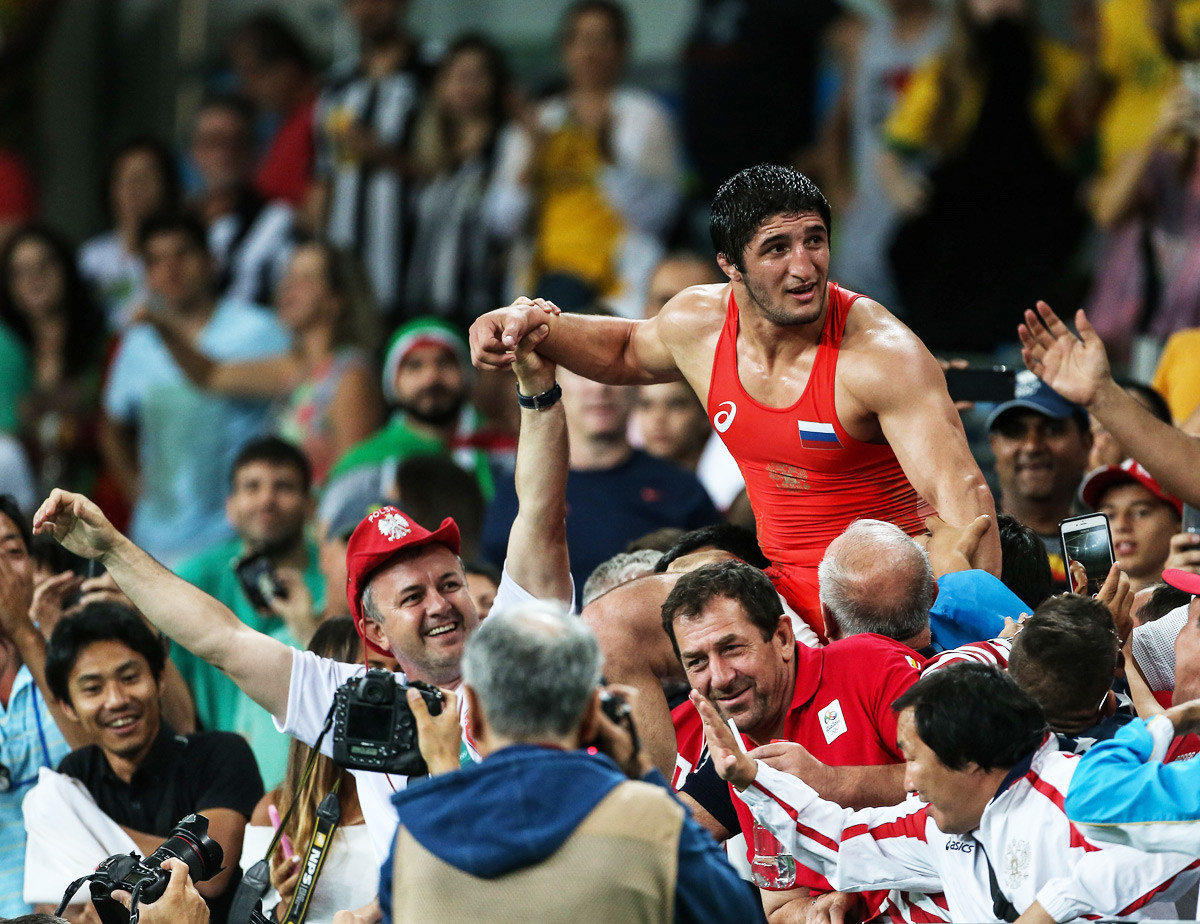 Sadulajev slavi zmago nad Selimom Yasarjem iz Turčije in osvojitev zlate medalje v rokoborbi v svobodnem slogu v kategoriji do 86 kg. Olimpijske igre v Riu de Janeiru, Carioca Arena 2, 20. avgusta 2016