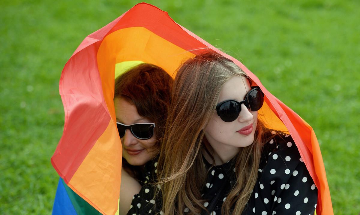 Activistas durante la manifestación del Orgullo Gay en San Petersburgo, el 12 agosto de 2017.