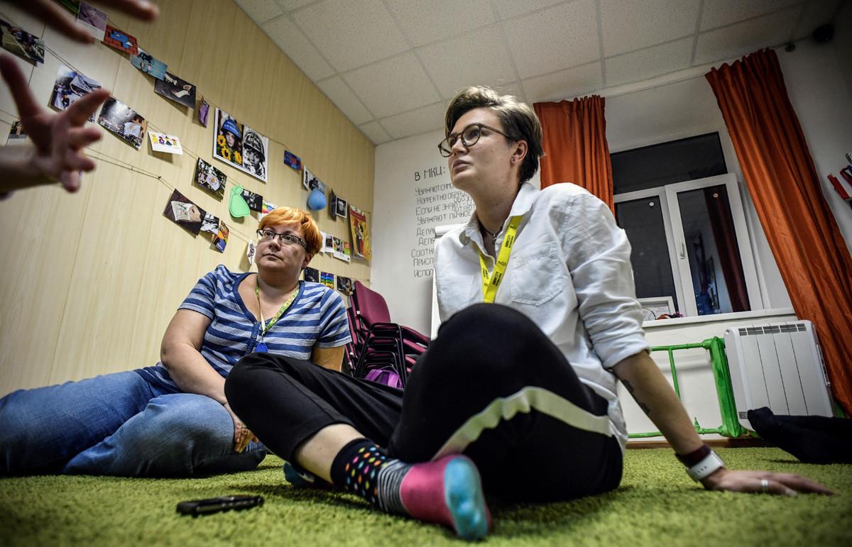 Olga Baranova (desno), direktorica prve varne hiše za LGBT ljudi, intervju za AFP v Moskvi