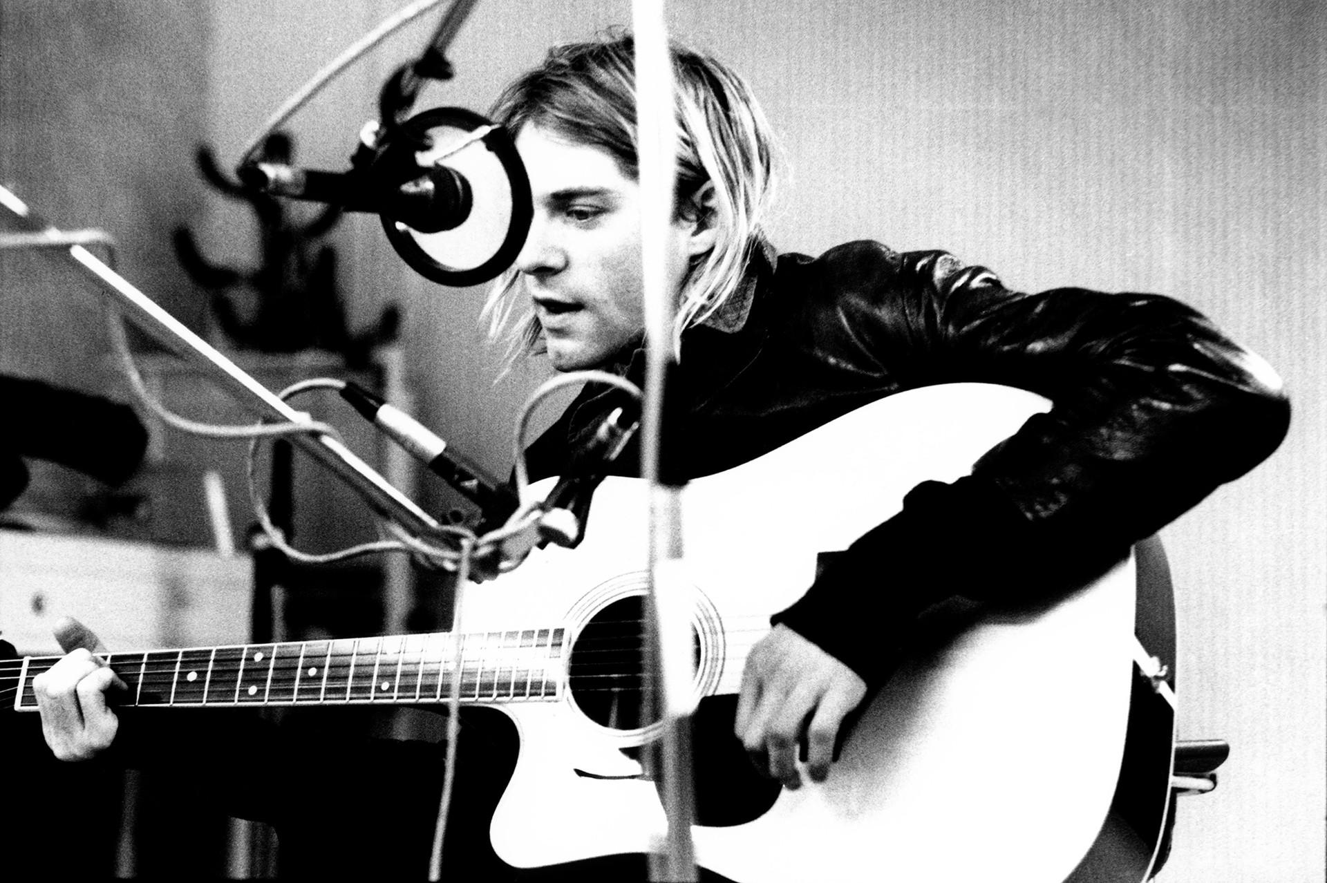 Курт Кобейн от Nirvana (микрофонът на снимката не е произведен от завода